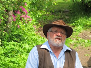 """""""Monsieur Holzer (car ses réalisations imposent le respect) est un agriculteur autrichien. En 1962, il a repris l'exploitation de ses parents située en montagne, entre 1100 et 1500 mètres d'altitude et y a créé sa méthode appelée « culture spéciale ». En fait, il appliquait dans son coin, avant même que le mot ait vu le jour, les principes de la permaculture."""" Lire l'article : http://blog.lescheminsdetraverse.fr/2014/02/05/la-permaculture-de-sepp-holzer/"""