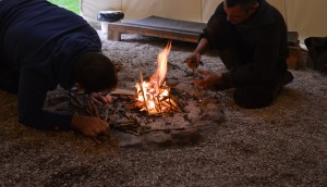 """Dans la formule accompagnée, on vous apprend à allumer un feu. Cest """"simple"""" une fois quon a compris et expérimenté par soi-même... Mais le feu reste capricieux ;-)"""
